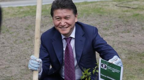 Кирсан Илюмжинов внес вклад в озеленение Ханты-Мансийска